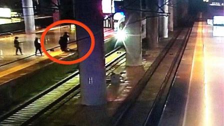 监拍女子跳下站台逼停高铁