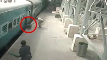 女子赶火车掉进站台空隙 遭火车拖行20余米
