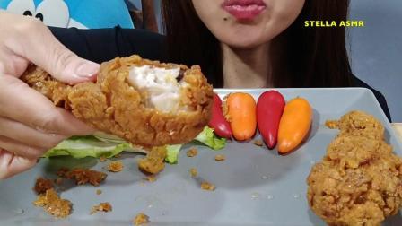 看看美女怎么吃炸鸡腿, 吃的有滋有味, 发出的咀嚼声真好听