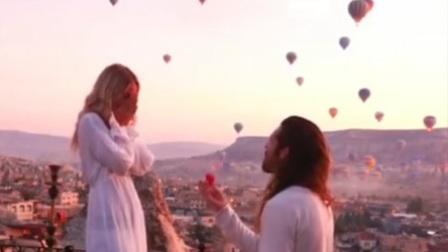 100只热气球当背景 男子求婚画面唯美