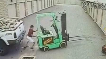 工人为保护叉车 肉身挡车遭两车挤压身亡