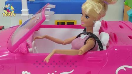 芭比娃娃和小企鹅波鲁鲁一起装饰婚车玩具