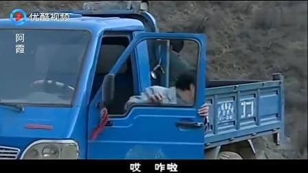 女子大着肚子坐三轮车, 三轮车在路上颠簸, 女子却要生孩子了