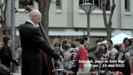 女孩子给街头音乐家一个硬币, 竟然引来100多人为她奏乐!