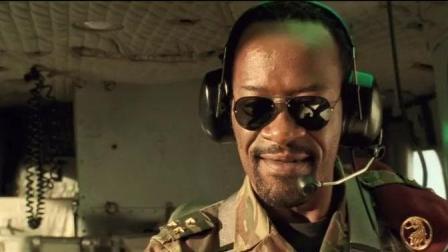 撒哈拉奇兵: 炮弹飞进直升机里, 驾驶员还在皮! 哟, 还不赶紧扔咯!