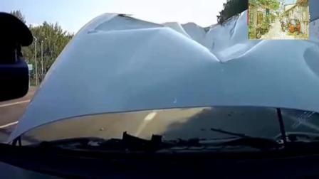前面货车突然变道, 视频车躲闪不及撞了上去