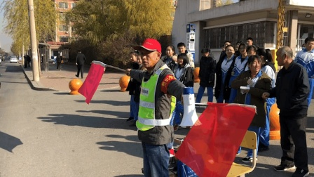 辽宁鞍山 学校门口遇车祸 痊愈后男子指挥交通护学生安全