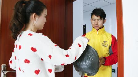 外卖员好心帮顾客扔垃圾, 却遭到顾客的无理取闹, 外卖员一番话真给力
