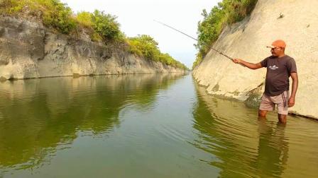 实拍: 这样钓鱼真过瘾, 农村大叔不停杆的拉, 看看钓了多少?