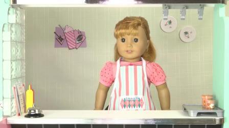 芭比娃娃玩具: 黛娜和米露的烘焙比赛, 黛娜做了纸杯蛋糕