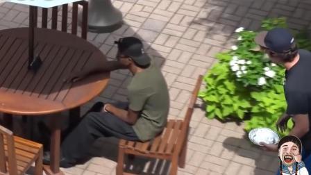【搞笑视频】不作死就不会死, 二货用奶油蛋糕盖在路人脸上!