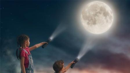 拿着手电筒对着月亮照, 光线到底能不能到达月球?