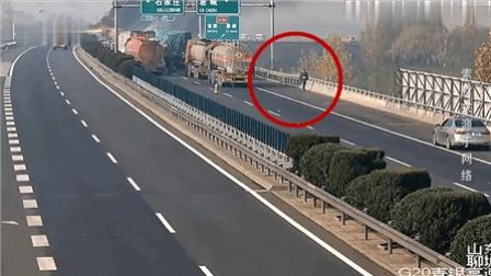 """高速公路交通事故现场""""看热闹"""" 驾驶员被扣18分"""