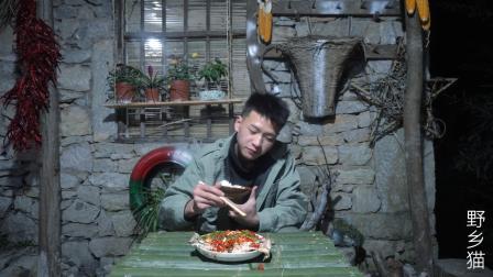 隐居深山, 用竹子制作长桌, 深夜凉亭下吃一盘剁椒鱼头