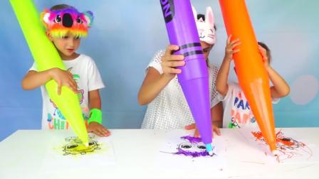 萌娃们和妈妈一起比比谁画的好, 哈哈! 这么大的水彩笔可真考验技术呢!