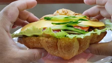 台北这家早餐店, 可颂制作的很用心, 鸡柳都是现炒, 又好吃又便宜