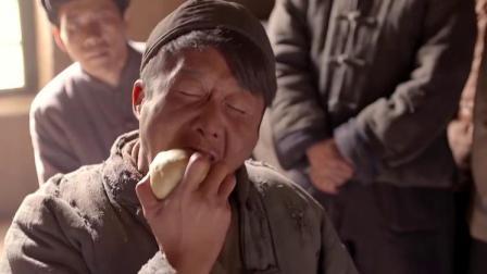 农民吃不饱找领导要土地,领导立马拿馒头给他吃,下一秒惊呆!