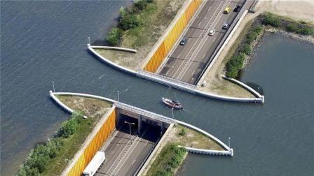 世界上最神奇的桥, 建在河道下面, 汽车轮船能同时行驶!