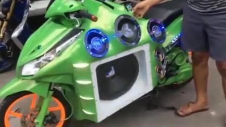 印度小伙改装的摩托 像玩具车 听到音响陶醉了!