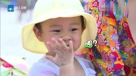 李小璐跟安琪聊得火热, 甜馨这是在干嘛, 干嘛吃沙子!
