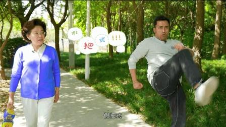耿直老外学李小龙打拳, 在公园遭路人大妈鄙视, 大妈何来的底气?