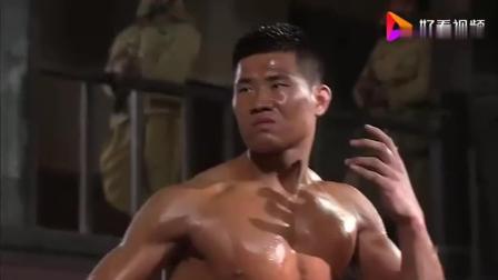 日本武士与中国小伙在擂台比武, 脚上沾了一点血, 居然就要换袜子