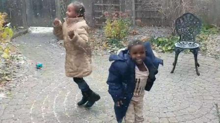 非洲难民孩子人生第一次看到下雪