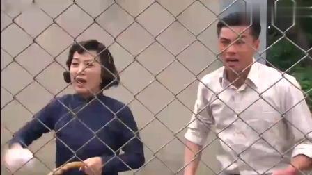 女子被困在集中营, 大伙在外面给她扔吃的, 她还是只能吃土