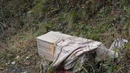 女子登山时捡到一小棺材, 感觉不一般, 拿给专家鉴定后脸色就大变!