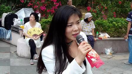 街头艺人芯妮演唱《拥抱着你离去》, 路人纷纷打赏红包为其加油
