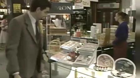 美女们在香水柜台试用香水, 憨豆先生路过后, 连走路都困难了
