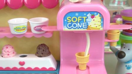 咪露娃娃带着小宝宝来到了冰淇淋屋, 她要自己动手做冰淇淋吃