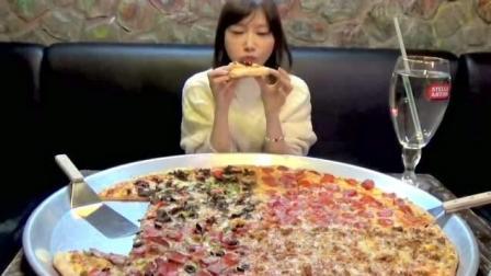 大胃王挑战82寸披萨, 镜头拉近后水杯穿帮了, 网友: 难怪敢直播吃那么多
