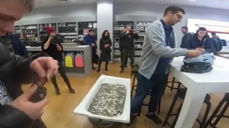 城会玩!6名男青年将10万硬币装进浴缸买iPhone