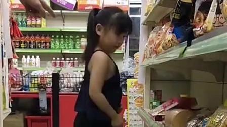 熊孩子在超市偷东西被老板发现, 接来下发生的一幕, 不许笑!