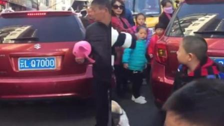 放学高峰期 女子开车直闯人群吓哭小学生