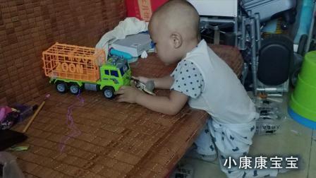 真搞笑! 宝宝要从这里打开动物车的门!