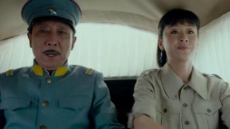 美女飙车把司令的车给堵了,态度超张狂,司令却很无奈