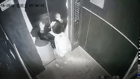 熊孩子拿雨伞卡电梯 不料折断伞柄被困后吓哭