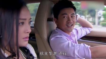 两个冤家在车上斗嘴, 女子的一个小动作, 被男子当场调侃