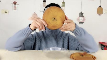 """妹子试吃云南特产""""大荞饼"""", 这饼也太大了吧, 一个我都吃不完"""