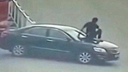 轿车强行变道, 不料罐车司机是个暴脾气, 监控拍下全过程!
