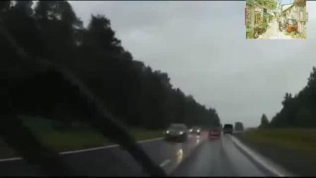 前车突然调头, 轿车惨遭截杀瞬间起火, 后车拍下这一幕!