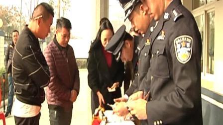 湖北仙桃飞车抢夺案告破警方公开退赃  村民组团来领钱