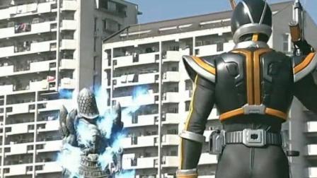 草加首次变成假面骑士Kaixa, 战斗力爆炸不用必杀技轻松灭怪!