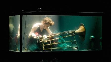 史上第一团! 5个男女水下弹唱, 全球爆红