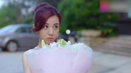 男子送花找美女和好, 谁知美女把口罩一摘, 把男子都惊到了!