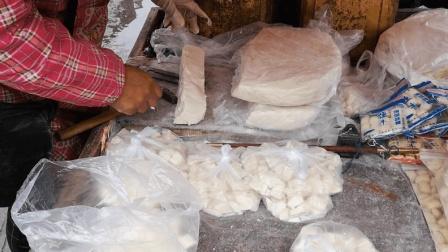 农村大街上一位大姐卖糖块, 白糖10块一斤, 麦芽糖15块一斤
