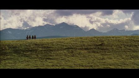 草原上突然出现了4个带面具的神秘人物, 盯着牛羊看, 不祥的预兆