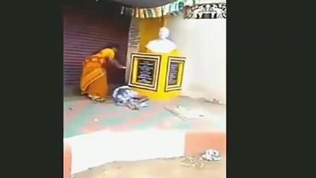 """印度妇女教训""""倒插门""""女婿 街角里一顿蹂躏 真是太惨了!"""